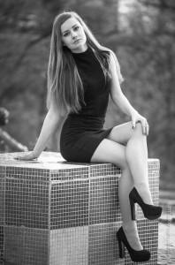 черно белое фото с девушкой
