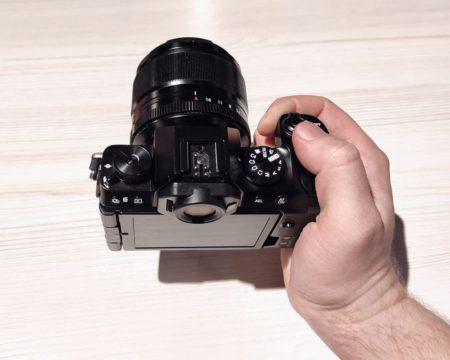 камера fuji x-s10 в руках
