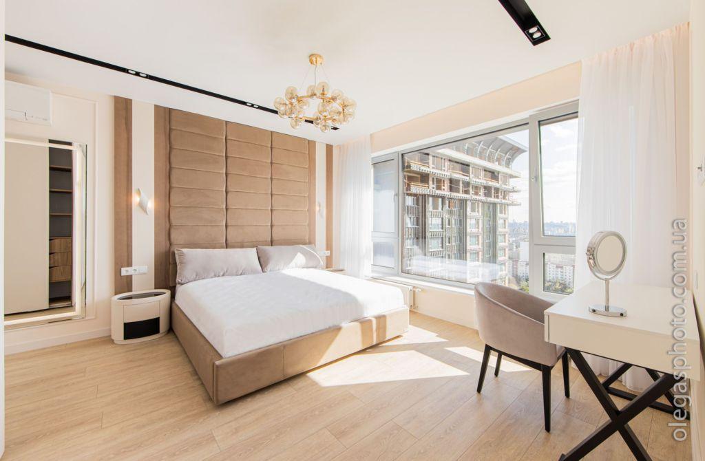фото гостиной с панорамным видом из окна