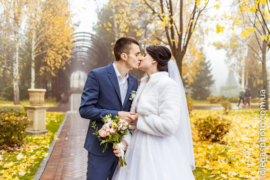 wedding photo shoot in mezhyhirya in autumn